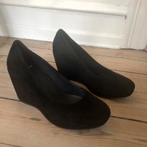Modelnavn: Florence, nypris 799,-  Skoene er brugt 2 gange, og der har altid ligget ekstra såler i, så skoene er pæne indvendig.   Ruskindet har dog taget lidt skade på den ene skosnude, som vist på billedet. Derfor er prisen også derefter.