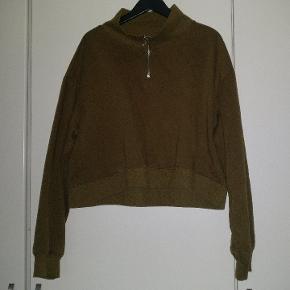 Cropped sweatshirt med lynlås fra H&M I fin stand. Ikke brugt super meget. Dejlig varm. Blanding af bomuld, polyester og spandex