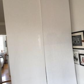 Panel gardin med skinne, fremstår pæn og velholdt.  B: 124 cm. H: 210 cm.