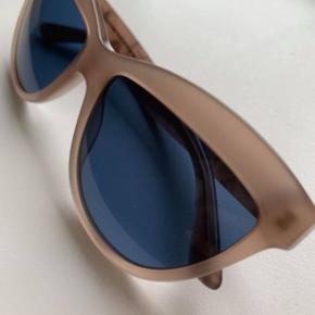 Burberry solbriller Cat-eye model  Helt nye, brugt én gang.  Købt i januar i Burberry.  Kvittering, æske & brilleetui medfølger.    Nypris 1700 kr.