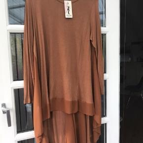 Lækker bluse i fin strik og i farven camel/rust. Sidder fantastisk flot!