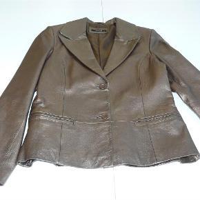 Varetype: Fin Skindjakke i flot farve Farve: Bronze Oprindelig købspris: 1000 kr.  Brystmål: 2 x 48 cm  Længde fra krave til underste kant: 62 cm  Jakken er brugt 1 gang.