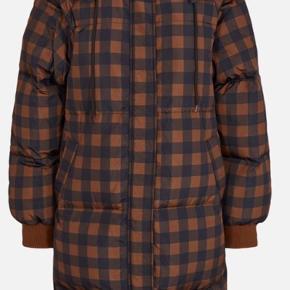 Super flot dun frakke fra Moss Copenhagen i str. xs/s - bemærk at den er oversize i modellen. Aldrig brugt og stadig med mærke. Nypris 1600 kr. Fyldet består af 30% fjer og 70% dun. Bytter ikke.