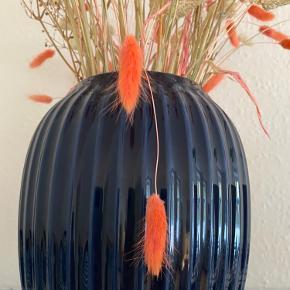 Flot stor vase fra Kähler. Blomsterne følger med. Kan afhentes på Amagerbro :)