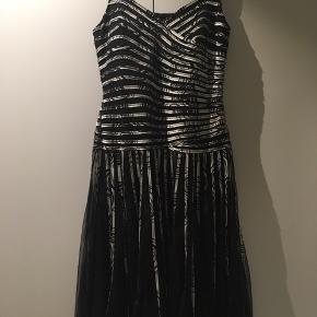 Smuk kjole fra Molly-jo . Den er i 2 lag Længde 109 Brystmål 94-106..strækkes