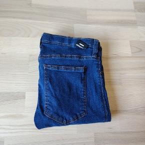 Dr. Denim bukser i model Kissy sælges.  Str. L - er som nye.  Pris: 60 kroner.  Kan hentes i Kolding eller sendes på købers regning.