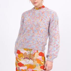 """Ny """"Jonah Pastel knit"""" striktrøje fra Stine Goya. Ny med prismærke, aldrig brugt. I butikkerne nu. Sååå blød og varm. Passer S / M / L alt efter ønsket look.  Bytter ikke."""