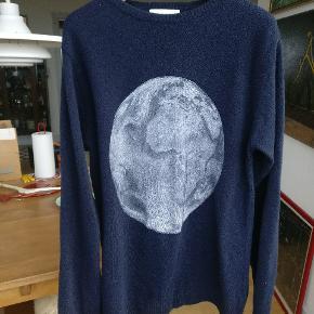 Dejlig blød uld sweater fra soulland.  Obs lille hul oppe i venstre hjørne bagsiden, se sidste billede
