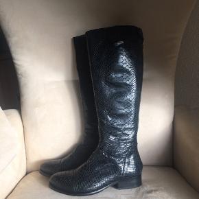 Varetype: Støvler Farve: Sort Oprindelig købspris: 1899 kr. Prisen angivet er inklusiv forsendelse.  Smukke lange og klassiske støvler fra Billi bi, har været på een gang i få timer. Model Anaconda. Skaftsvidde 18 x 2 cm. Sendes i tilhørende kasse.