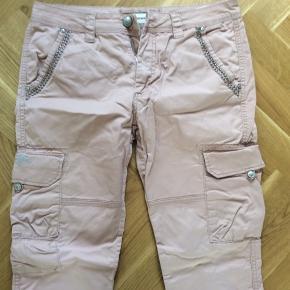 Bukser med lommer. Størrelsen hedder 30, men er til den store side. Farven er lidt mere rosa end billedet viser. Livvidde 44*2 cm. Længde 107 cm.