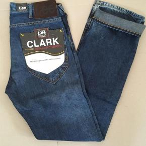 Lee Clark Regular  Denim er en let kvalitet (ikke så kraftig i materialet) - mest en sommer jeans imo. Søg evt på modelnavn for beskrivelse og flere fotos   - ellers tar jeg også gerne flere ved forespørgsel :-)  Jeans Farve: Denim Oprindelig købspris: 800 kr.