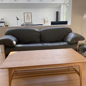 Fint sofabord fra Jysk. Små ridser i bordpladen men intet af betydning. Skal afhentes i esbjergområdet.
