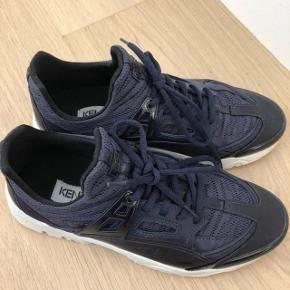 Kenzo sneakers str. 40 mørkeblå Gået med 2 gange!!! Helt rene Ny pris: 2200kr. Byd