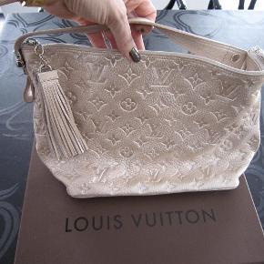 Super smuk Limited Edition taske fra Louis Vuitton, modellen hedder Halo. Den er lavet af kalvelæder og er i monogram det er simpelthen bare en taske der vækker opsigt.  Højde: 23 cm Længde: 34 cm Dybde: 12 cm Hanken måler 32 cm.   Useriøsse henvendelser besvares ikke!!!  Bytter ikke...  Louis Vuitton Limited Edition Monogram Shimmer Halo Taske Farve: Peach Oprindelig købspris: 8495 kr. Kvittering haves