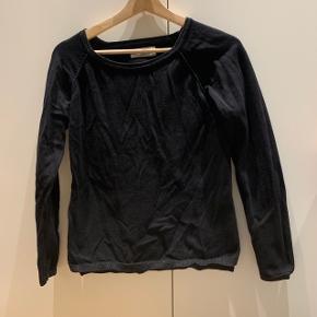 Sort trøje med glimmer i kanterne Mærke: Rosemunde Størrelse: 14 år Stand: fin stand Røgfrit hjem BYD!!!!