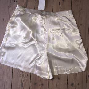 Højtaljede satin shorts. Aldrig brugt.  Bytter ikke.  Køber betaler porto.