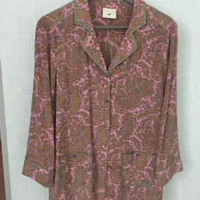 ny reduceret pris ...  Super lækker silkeskjorte med print Aldrig brugt   Meget behagelig med stretch i Str 36 men stor i størrelsen Kan sendes imorgen