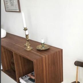 Helt ny væghængt reol i amerikansk valnød. Måler 150 cm i længe, 40 cm i højde og 37 cm i dybde. Bygget af møbelsnedker.
