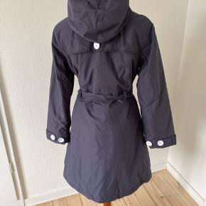 Super lækker foret frakke perfekt i overgangs måneder. Fremstår som ny brugt Max 2 gange. Fine detaljer med sort/hvidt prikket foer og hvide knapper.