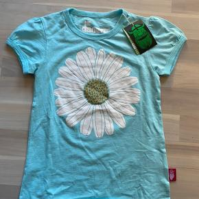 Ny flot danefæ t-shirt med blomst der har guldglimmer. Nypris 230kr