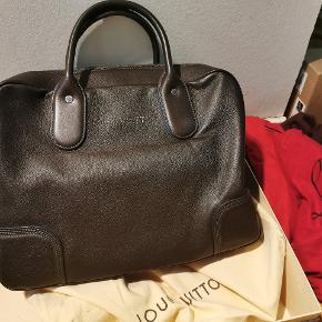 Varetype: Marron Fonce Siwa Leather Soft Briefcase Bag Håndtaske Størrelse: 40x30 cm Farve: Sand Oprindelig købspris: 16000 kr. Kvittering haves. Prisen angivet er inklusiv forsendelse.  null