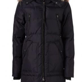 Sælger min flotte vinterjakke fra Modstrom i sort i en str S.  Købt i Loftet for 2600,- kvittering følger med.  Pelsen inde i hætten er ægte