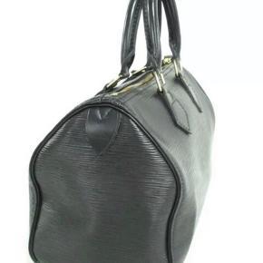 Louis Vuitton speedy i epi læder. Den er 30 cm lang. Den er brugt, men fremstår i virkelig god stand. Vil sige næsten som ny.   Der hører LV lås med til tasken.   Tasken er naturligvis 100% ægte.
