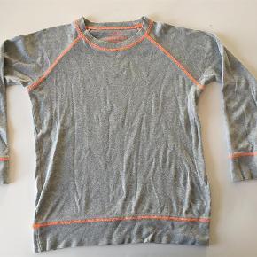 Varetype: Bluse Størrelse: 8år Farve: Grå  Mads Nørgaard bluse str 8 år. God, men brugt.  45 kr + porto (DAO)