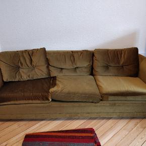 Gammel sofa i sjov farve