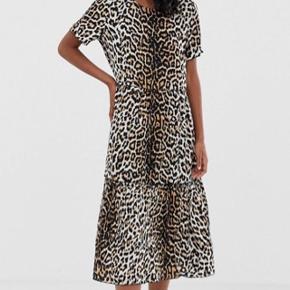 Sælger denne Nakki leopardkjole fra Moves by Minimum  100% Viskose Måler 115 cm i længden.  Brugt og vasket én enkelt gang, fejler intet.  Sendes med DAO via Trendsaleshandel - Pris for fragt kommer oveni :)
