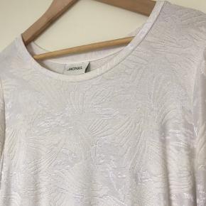 Flot hvid kjole fra Monki med mønster. Brugt få gange og fejler ingenting.
