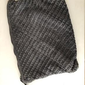 Fed mørkegrå clutch fra Zadig & Voltaire med flettet front, er brugt lidt men er stadig i flot stand. Der er en plet indeni som ses på billedet. 20x28 cm