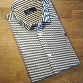 Fred Perry skjorte med fede detaljer. 👍  Se også mine andre annoncer med mærkevarer af høj kvalitet og stand til vanvittigt lave priser.