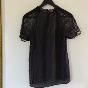 Smuk t-shirt skjorte med blonde ærmer i sort. Kun brugt få gange og er derfor i rigtig pæn stand.