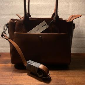 Fin taske, aldri brugt. Med skulder-rem. Nypris 1500kr