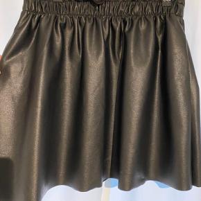 """Super sød """"læder"""" nederdel, som giver et feminint, men stadig råt look.  Jeg faldt for den fordi den havde en super fin pris og fordi den ikke så """"billig"""" ud."""