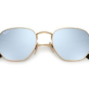 Sælger mine fine Rayban hexagon solbriller, da jeg aldrig fik dem brugt. Solbrillerne er i guld med sølv spejl, super fine, har bare for mange solbriller.  Nyprisen er 1400,-    Etui og pudseklud medfølger  ray ban 3548n 001/30 størrelse 51.   Bytter ikke!