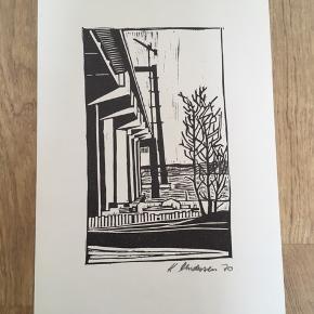 Linoleumssnit af Kaj Andersen  Signeret i bly: K. Andersen 70  Størrelse: B: 26 cm.  H: 38 cm.   Sender gerne...  Se også mine andre annoncer med original kunst af anerkendte kunstnere.   Masser af kunst på lager.   Tilbyder også professionel indramning med passe partout til meget rimelige priser.