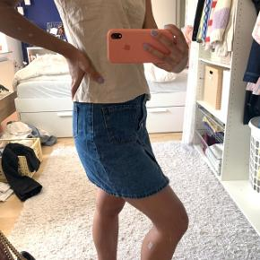 IKKE fra ONLY, den er købt på en ferie så ved ikke hvad mærket er ❤️ Ellers super fin demin nederdel - kan også passe en M