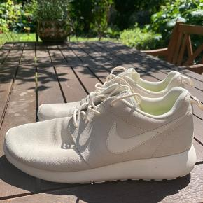 Limited edition Nike Rushe run i lyst ruskind. Næsten aldrig brugt. En rigtig lækker sko  Sælges evt billigere i hurtig handel. Vil gerne havde sendt dem afsted til en ny ejer.