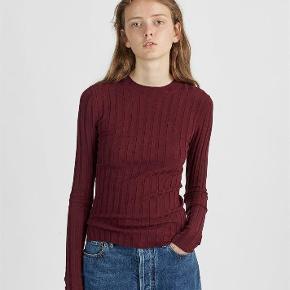 OBS! Læs venligst annoncebeskrivelsen inden du henvender dig.   Lækker smuk og skøn ACNE bluse i merinould.  Jeg sælger, da jeg desværre ikke får den brugt - den har stadig prismærke.   Blusen har et lille hul på højre overarm/skulder, som kan syes - evt. hos en skrædder. Se det sidste billede.   Materiale: 80% merinould, 17% nylon, 3% elastan.  Størrelse: Nok lidt til den lille side - den sidder tæt til kroppen. Jeg bruger som regel str. 38 og passer den.   Oprindelig købspris: 2000 kr.  Kom med et godt bud :)   Bytter ikke.