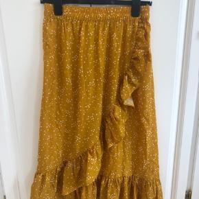 Rigtig fin gul midi-nederdel fra Pieces størrelse M. Aldrig brugt. Pieces mærket er faldet af i det ene hjørne (se billede) prismærke sidder stadig på.