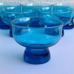 6 fine glas, der kan bruges og dessertskåle. Virkelig skøn farve. Ø9,5 - Pris 40kr pr stk
