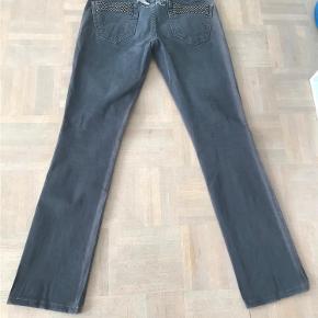 Varetype: Lækre bukser fra Robins Jeans Størrelse: 28 Farve: Grå Oprindelig købspris: 2899 kr.  Super lækre bukser fra Robins jeans med små nitter bagpå. De er grå og farven ses bedst på det billede hvor de er foldet sammen. Solen har affarvet dem i siden, se eks. på et af billederne, det er ikke noget man ser når de er på, men derfor den lave pris.  Kan sendes eller afhentes i Århus C.