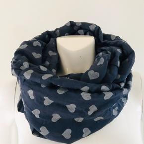 Sødt tube tørklæde i flot mørkeblå farve med sølv hjerter på. Let og behageligt at have på 80% bomuld 20% silke  *Kom også gerne med et bud*