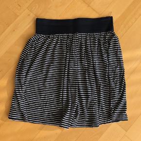 Løs nederdel med bred elastik i taljen. Hvid/ mørkeblå striber