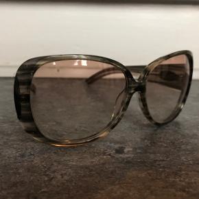 Cool grå Gucci solbriller med en smule glimmer. Minimale brugsspor på glas - pris er sat derefter.  Se også mine andre annoncer:)