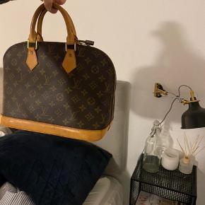 ✨se her✨  Jeg sælger denne smukke Louis Vuitton Alma taske i str. PM. Tasken har patina og er ved at udvikle den lækre cremede/gyldne farve i læderet.   🧡 jeg har tilkøbt en rem - Louis Vuitton Monogram skulder strop - som tilbehør til tasken, og for muligheden til at lave den crossbody 👛   Der medfølger kasse/æske, kvittering (rem) samt ægtehedsbevis (taske) og dustbags.   💰 prisen er sat ud fra taskens stand, den medfølgende rem, samt at jeg har kasse, kvittering, ægtehedsbevis samt dustbags.   🌼billederne er uredigerede og er taget med blitz🌼  For evt. spørgsmål kontakt mig endelig ✨  • forbeholder mig retten til ikke at sælge, hvis rette pris ikke opnåes•