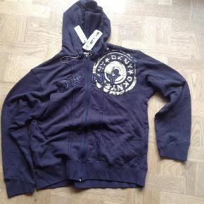 Varetype: Hætte sweatshirt-NY! Størrelse: M( str16år) Farve: Mørkeblå Oprindelig købspris: 500 kr.  Fed sprit ny sweatshirt i top kvalitet og style;-)  Købt i Bahne, str 16 år m stor svarer til str M herre!