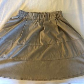 Rigtig sød nederdel med fine detaljer. Sælges da den kun blev brugt i sidste års sommerferie  Kom gerne med en anden pris hvis du har et bud